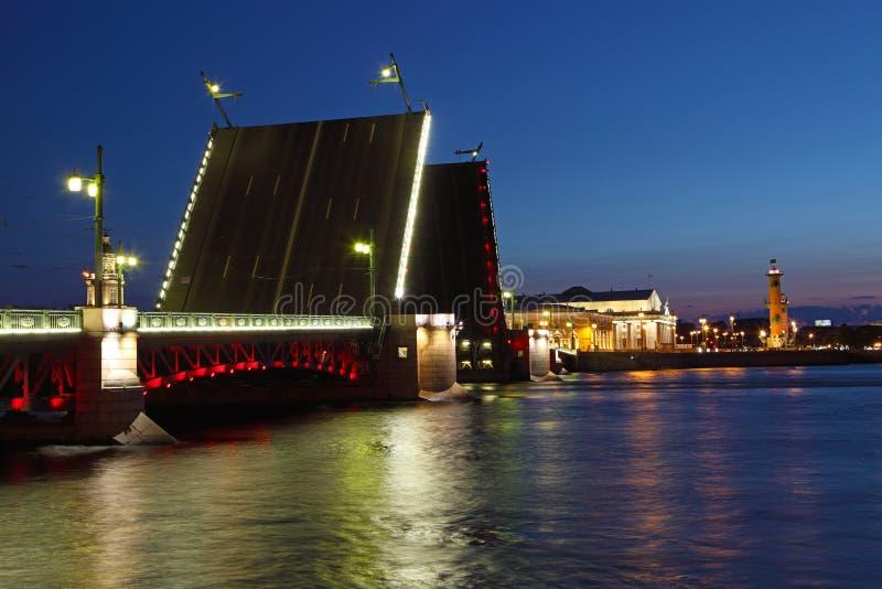 Drawbridge a St Petersburg alla notte. immagini stock libere da diritti