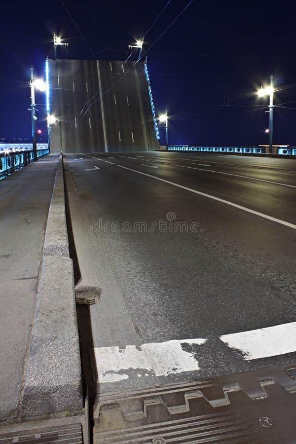 Drawbridge a St Petersburg alla notte fotografia stock