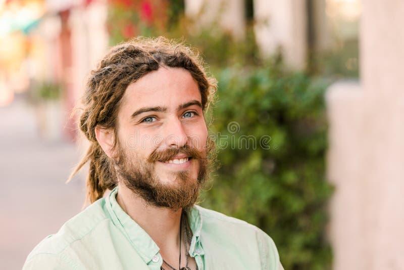 Όμορφος νεαρός άνδρας με τα dreadlocks στοκ εικόνα