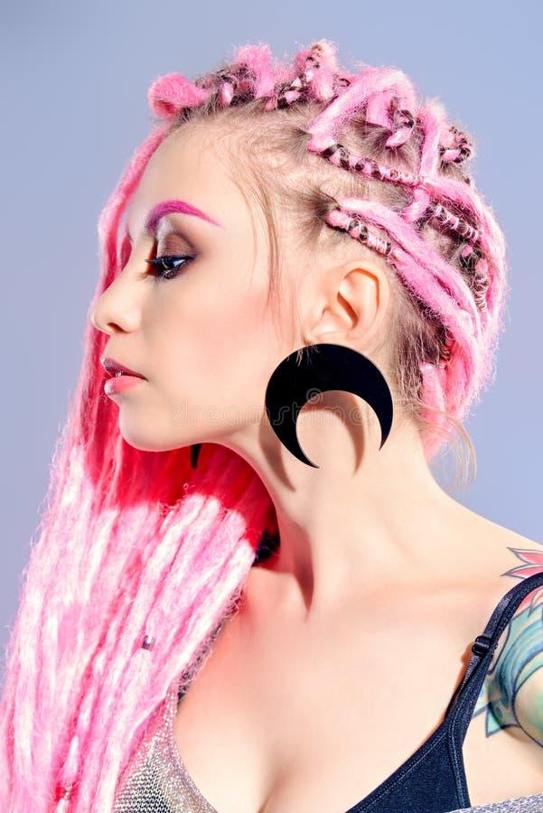 Dreadlocks und Ohrringe lizenzfreie stockbilder