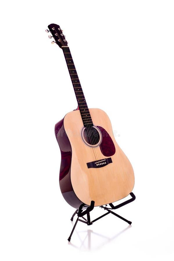 Dreadnought-Gitarre auf Weiß stockfoto
