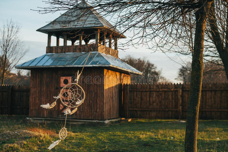 Dreamcatcher在树垂悬在一座木城堡附近 库存照片