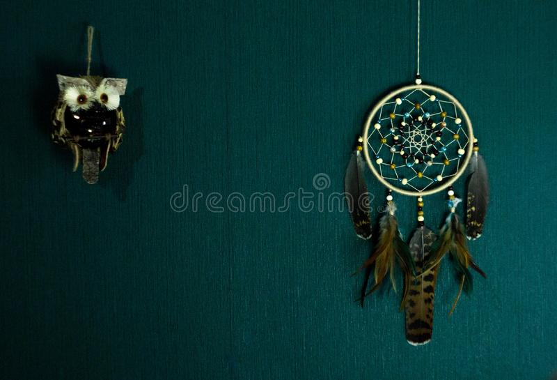 Dreamcatcher垂悬对墙壁 免版税库存照片