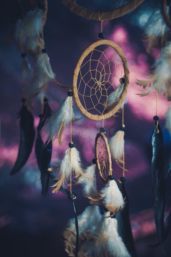 Dreamcatcher σε ένα κλίμα του πορφυρού σκοταδιού ηλιοβασιλέματος στοκ εικόνες