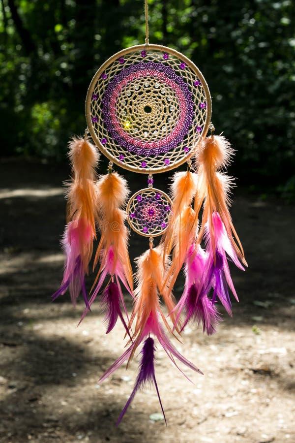Dreamcatcher сделало пер, кожи, шариков, и веревочек стоковая фотография rf