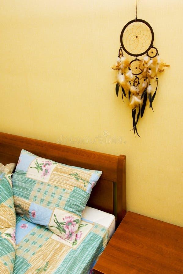 Dreamcatcher acima da cama fotos de stock royalty free