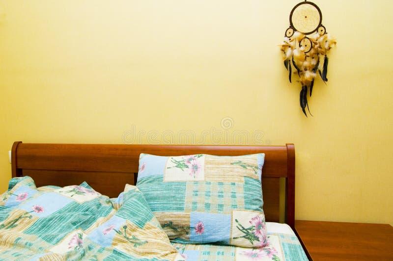 Dreamcatcher acima da cama imagens de stock