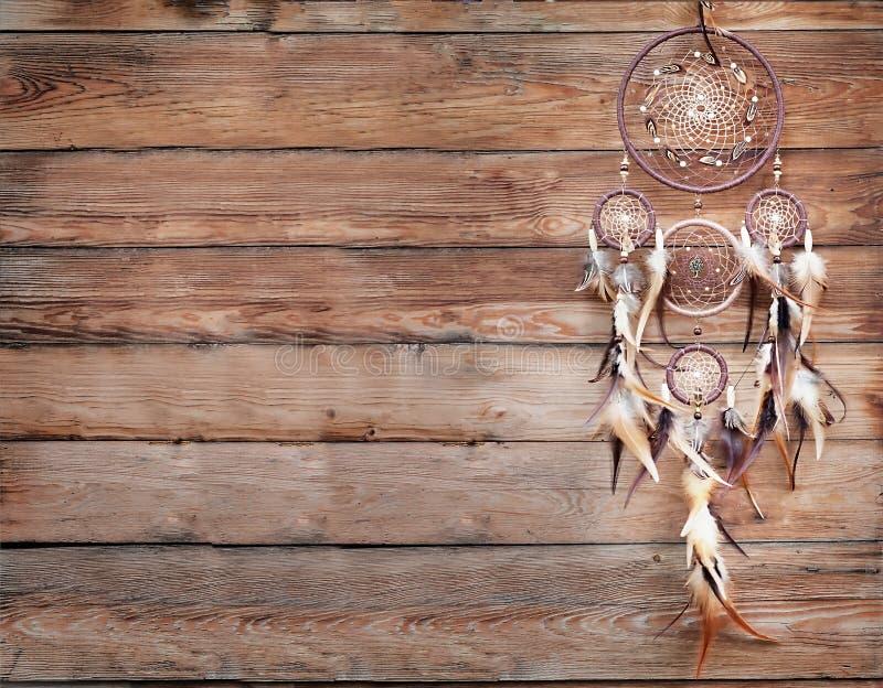 Dreamcatcher amerikansk infödd amulett på träbakgrund shaman arkivfoto