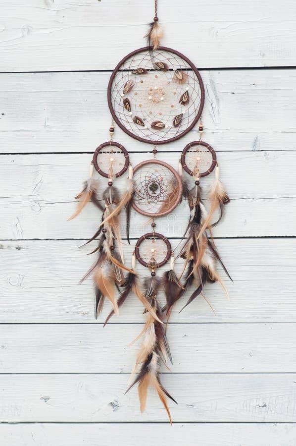 Dreamcatcher, amuleto indigeno americano su fondo di legno shaman immagini stock libere da diritti