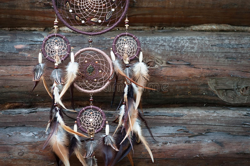 Dreamcatcher, amuleto indigeno americano su fondo di legno shaman fotografie stock libere da diritti