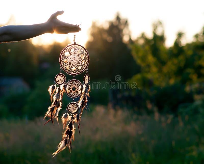 Dreamcatcher, amuleto indigeno americano sul tramonto shaman fotografia stock libera da diritti
