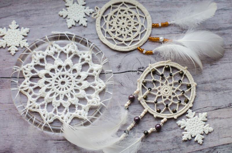 Dreamcatcher con las plumas en un fondo de madera Diseño étnico, estilo del boho, símbolo tribal Copo de nieve de la Navidad blan fotos de archivo libres de regalías