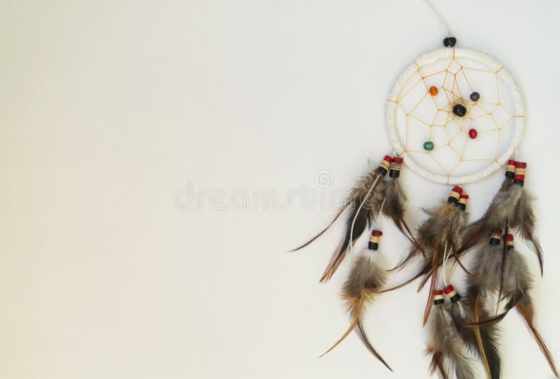 Dreamcatcher con le piume su un fondo bianco fotografie stock libere da diritti