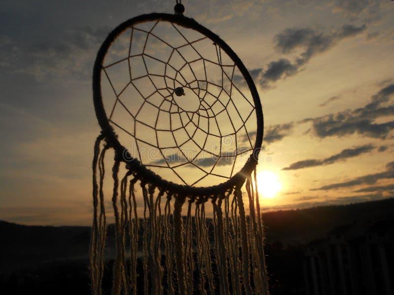 Dreamcatcher in de hemel, Dromen, Zonsonderganglicht royalty-vrije stock fotografie
