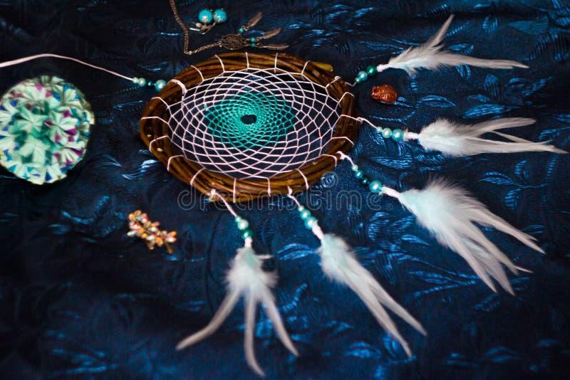 Dreamcatcher encontra-se em um fundo azul fotos de stock royalty free