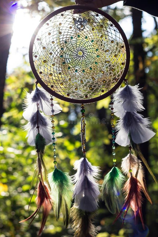 Dreamcatcher fez das penas, do couro, dos grânulos, e das cordas foto de stock royalty free