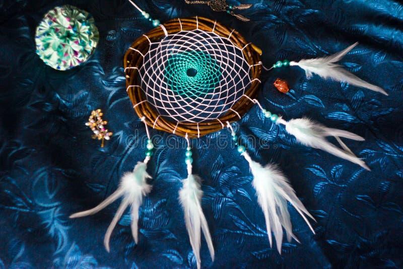Dreamcatcher ligt op een blauwe achtergrond royalty-vrije stock foto