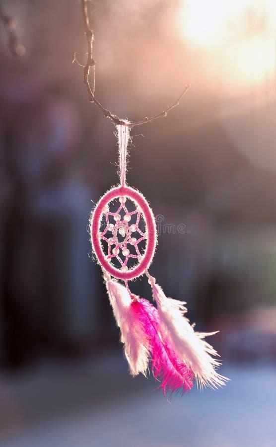Dreamcatcher met de hand gemaakt garen die veren op een roze gebruiken royalty-vrije stock afbeelding