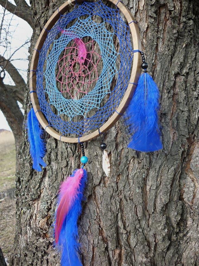 Dreamcatcher na tle rzeka Dreamcatcher zmierzch, g?ry, szyk, etniczny amulet, symbol zdjęcie stock
