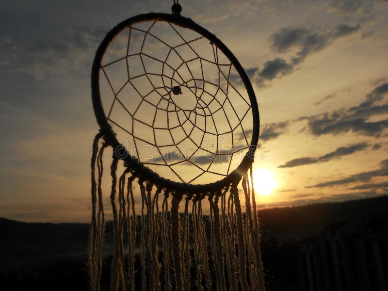 Dreamcatcher no céu, sonhos, luz do por do sol fotografia de stock royalty free