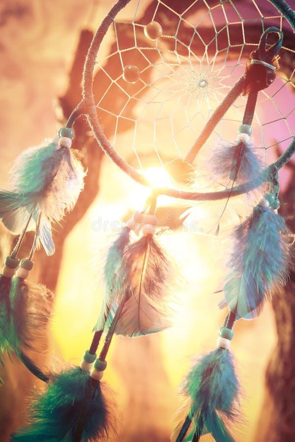 Dreamcatcher op een bos bij zonsondergang stock afbeeldingen