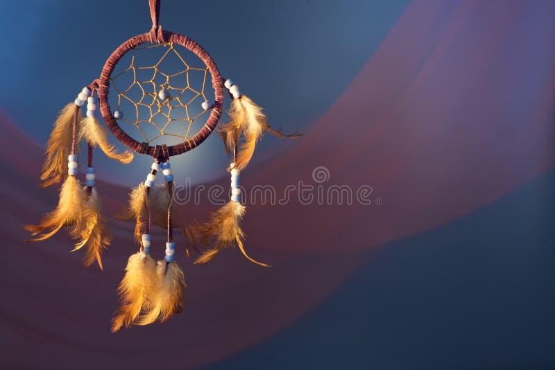 Dreamcatcher på en färgbakgrund royaltyfri bild