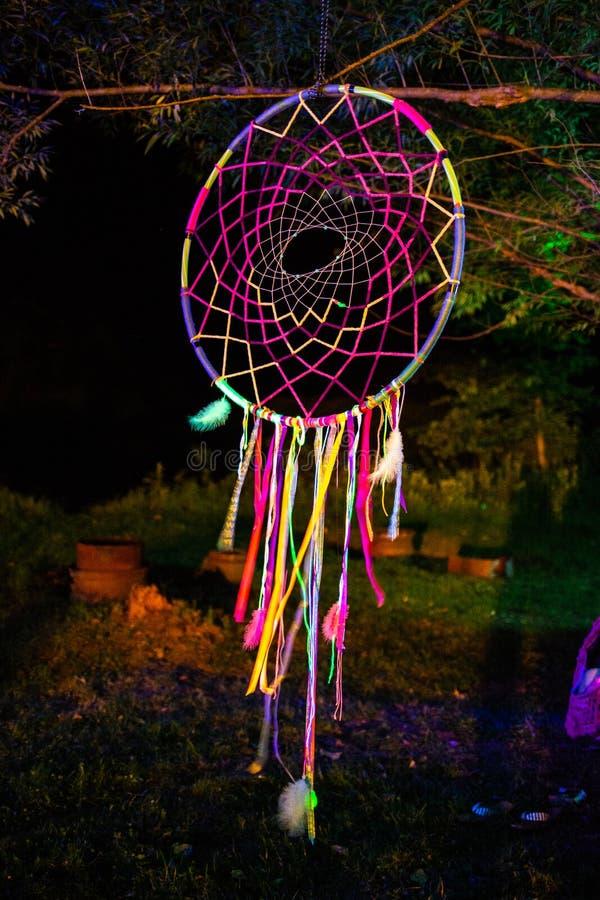 Dreamcatcher que incandesce na noite com as penas coloridas fotos de stock