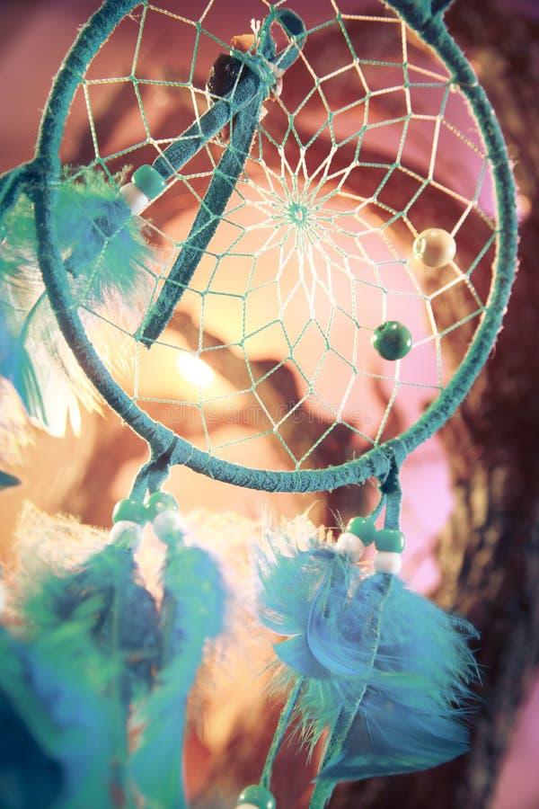 Dreamcatcher su una foresta al tramonto fotografie stock