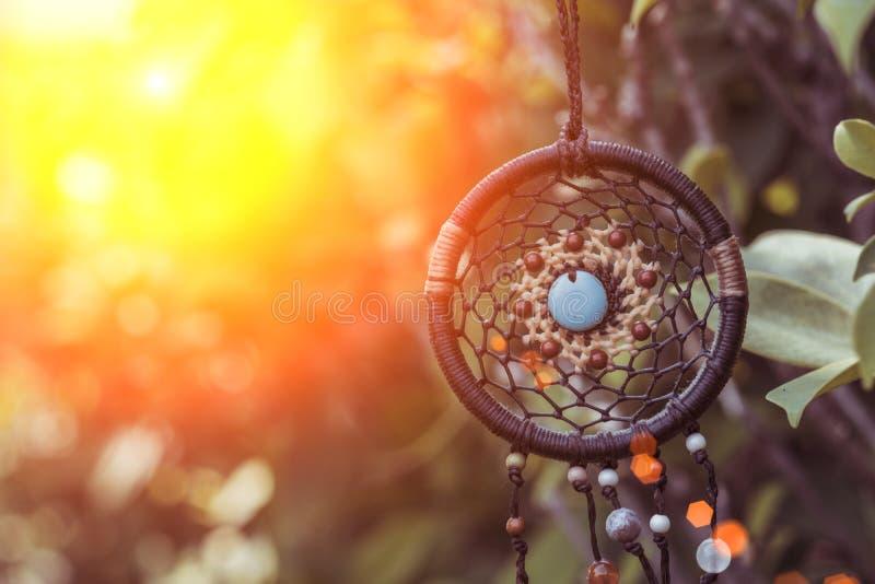 Dreamcatcher sur l'arbre avec le backgr brouillé naturel vert de bokeh images stock