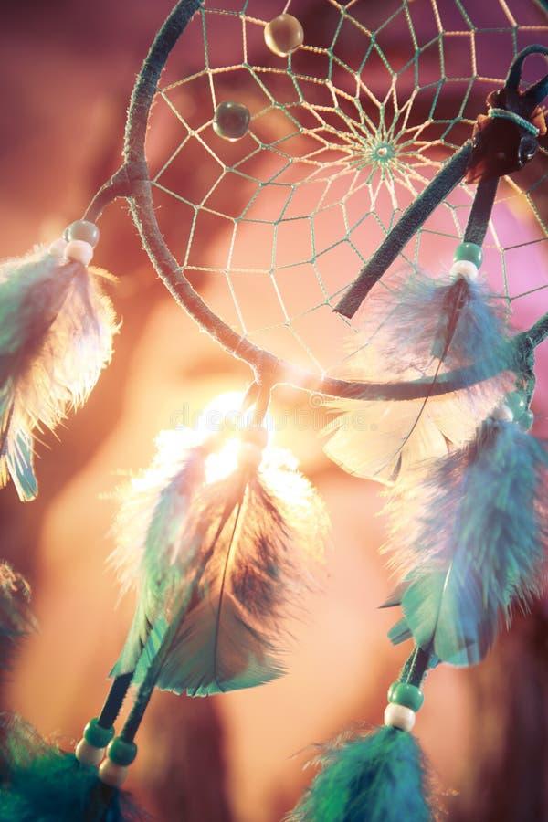 Dreamcatcher sur une forêt au coucher du soleil image stock