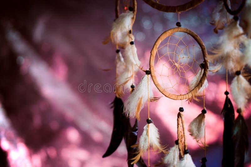 Dreamcatcher tegen een achtergrond van purpere zonsondergangdark stock afbeeldingen