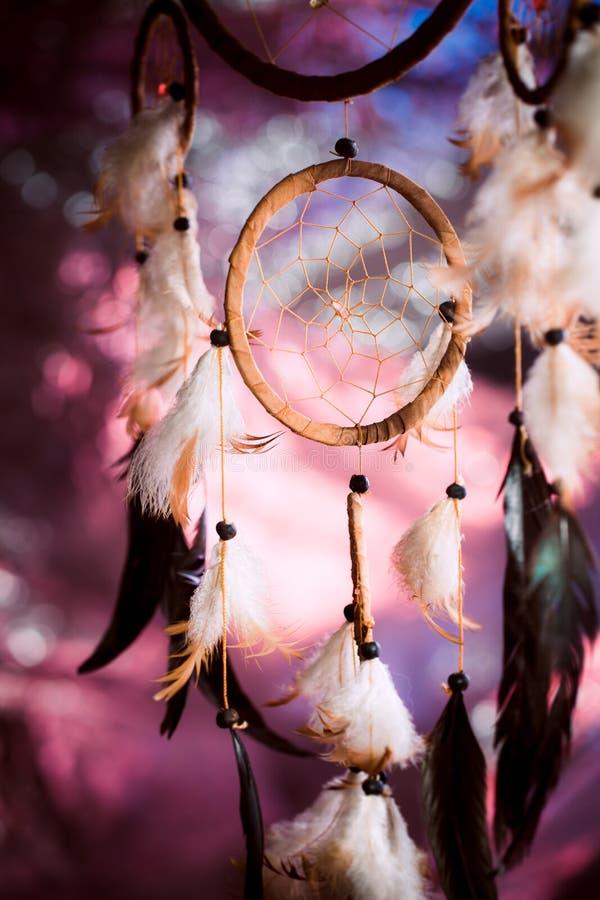 Dreamcatcher tegen een achtergrond van purpere zonsondergangdark stock foto