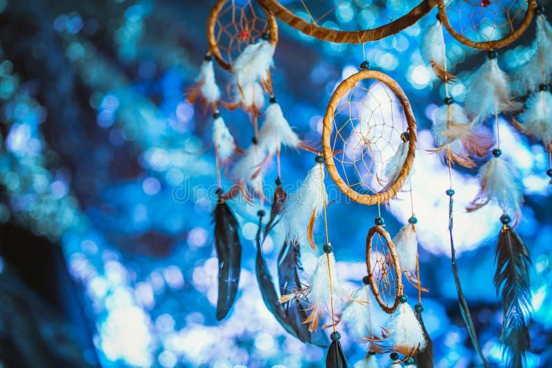 Dreamcatcher tegen een wit onduidelijk beeld van sneeuw stock afbeelding