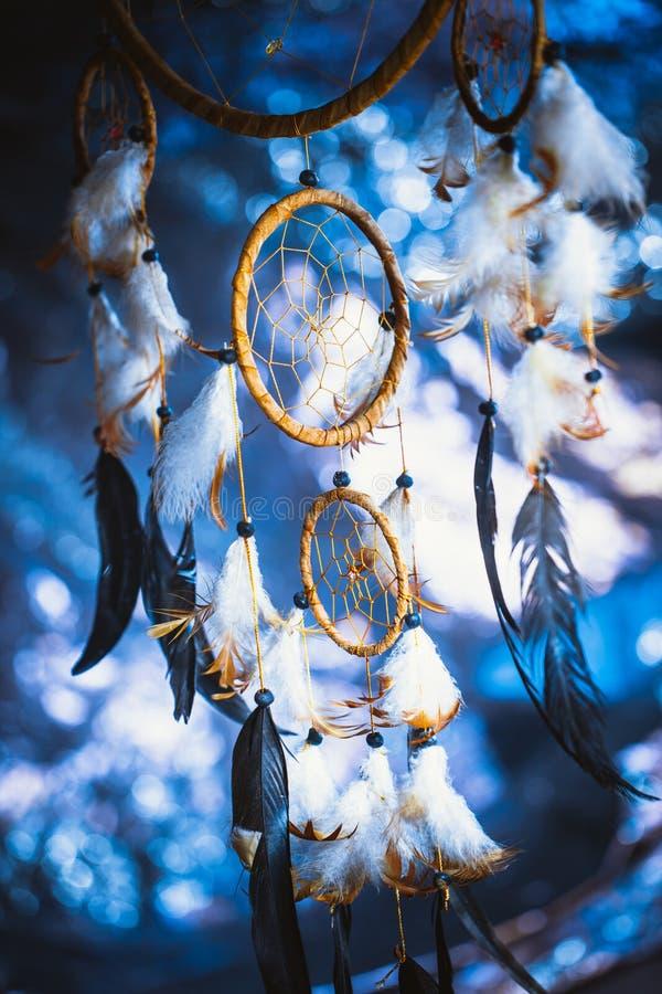 Dreamcatcher tegen een wit onduidelijk beeld van sneeuw royalty-vrije stock fotografie