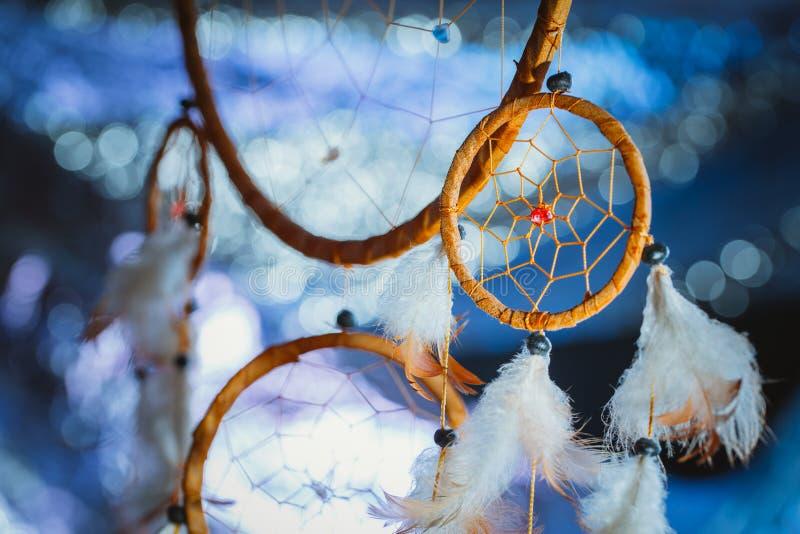 Dreamcatcher tegen een wit onduidelijk beeld van sneeuw royalty-vrije stock afbeeldingen