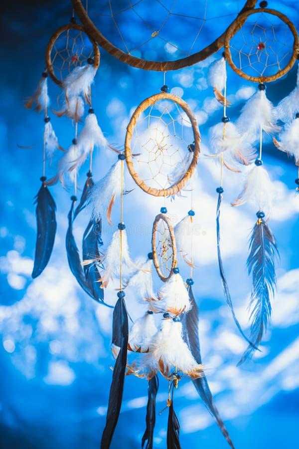 Dreamcatcher tegen een wit onduidelijk beeld van sneeuw stock afbeeldingen