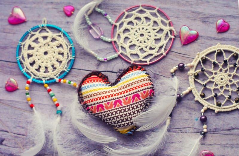 Dreamcatcher z piórkami na drewnianym tle Etniczny projekt, boho styl, plemienny symbol Tekstylny serce handmade z etnicznym zdjęcia royalty free