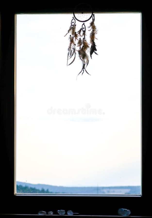 Dreamcather che appende dalla finestra immagini stock