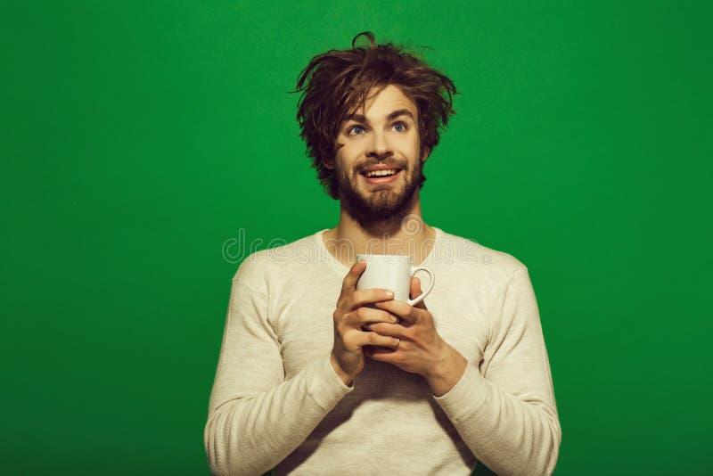 dreamer gelukkige mens met kop thee of koffie stock foto