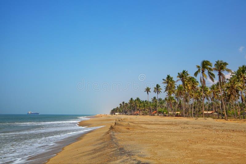 Dreamful badstrand på kusten nära Marawila på den tropiska ön Sri Lanka arkivbilder