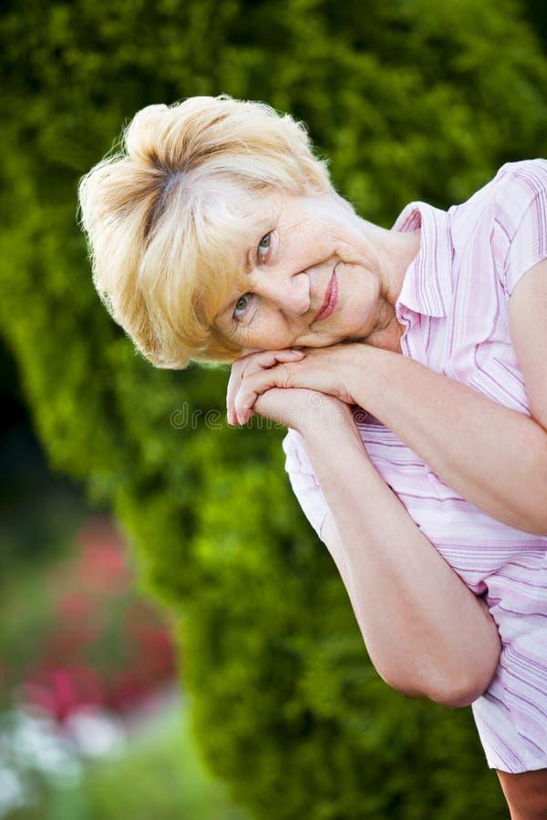 Dreaminess. Retrato exterior da avó pensativa fotografia de stock