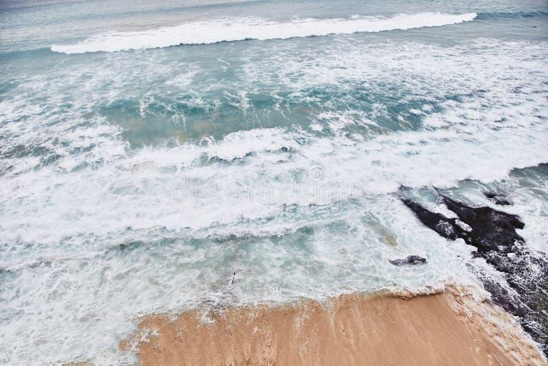 Пляж Dreamland Взгляд от скалы Uluwatu стоковое изображение rf
