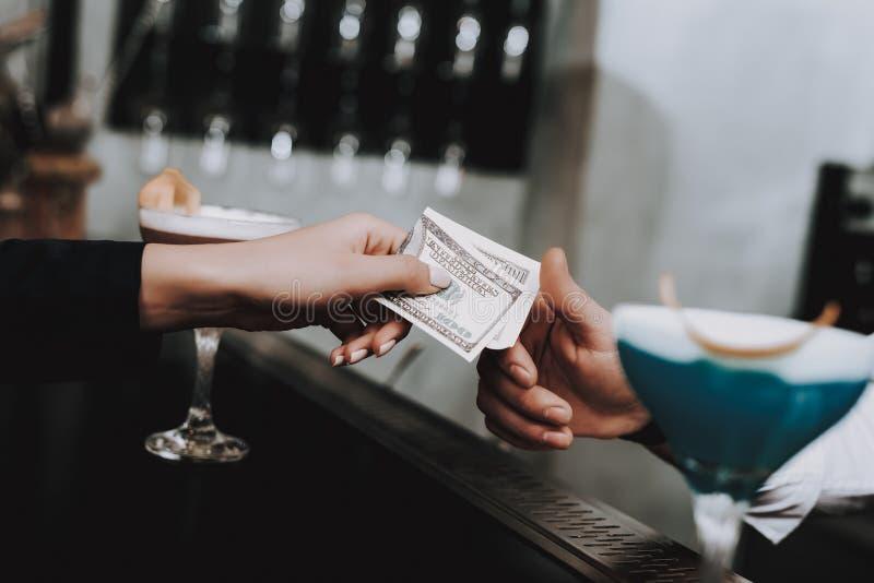 Dreems del verano barman pago muchachas cocteles fotografía de archivo libre de regalías