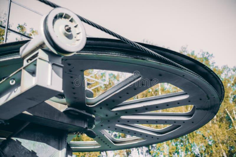 Drehendes Radelement der Drahtseilbahn stockfotos