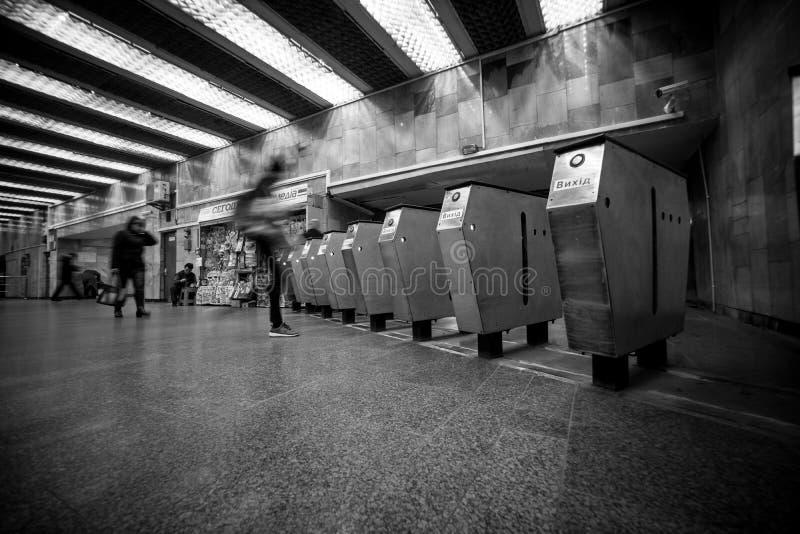 Drehkreuz in Kiew unterirdisch mit der Bewegung von undeutlichen Leuten und von hellem Stationslicht stockbilder