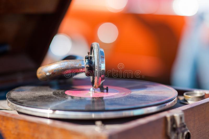 Drehscheibenspieler, fallende Griffelnadel auf dem Vinylaufzeichnungsspielen stockfotografie