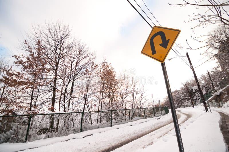 Drehung Snowy-Straßen-U stockbild