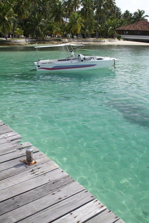 Drehzahl-Boot verankert in den Maldives. lizenzfreies stockbild