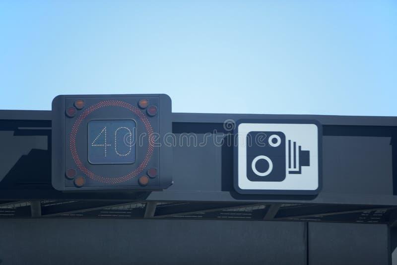 Drehzahl-Detektor nahe bei Drehzahl-Kamera-Warnzeichen lizenzfreie stockfotos