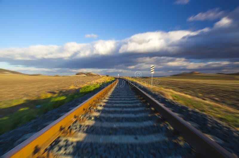 drehzahl Einzelne Eisenbahnlinie bei Sonnenuntergang, Tschechische Republik lizenzfreies stockfoto